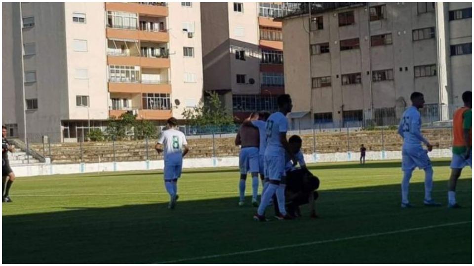 VIDEO/ Tërbohen në Pogradec, ky gol i anuluar shkaku