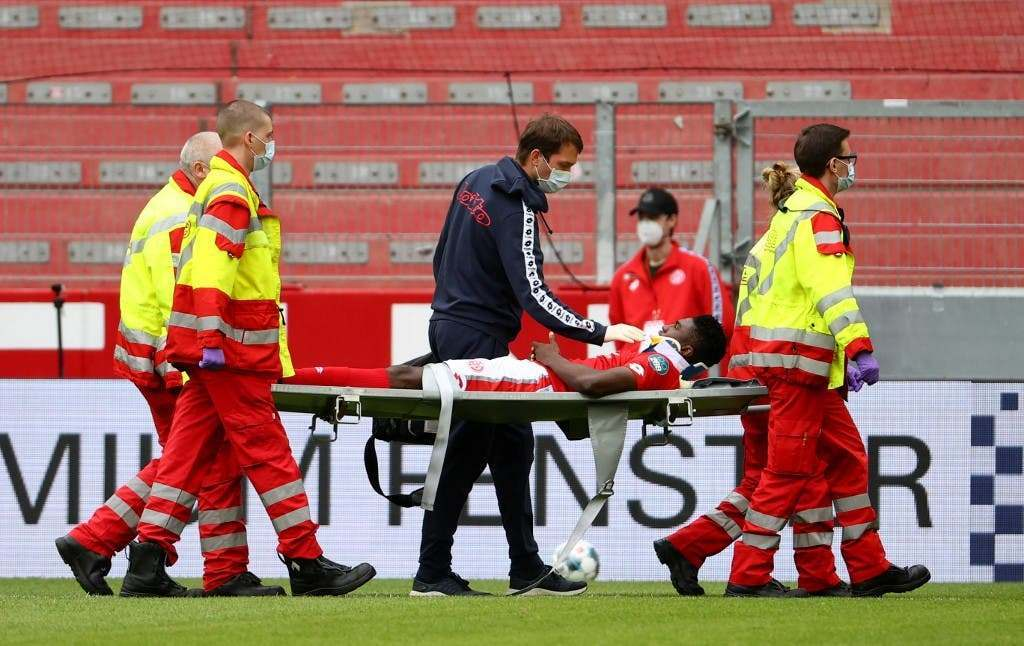 VIDEO/ U përplas me rivalin dhe ra keq në tokë, sulmuesi i Mainz përfundon në spital