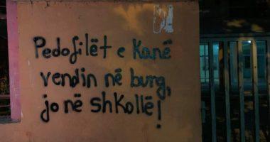Qytetarët protestë të heshtur në Tiranë: Pedofilët e kanë vendin në burg!