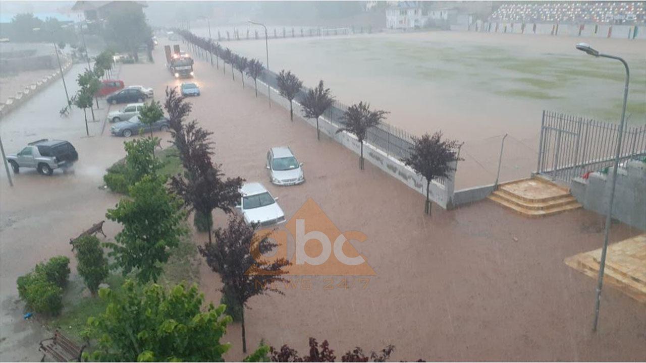 Reshjet në Librazhd: Bllokohen automjetet, kërkohet ndërhyrje për shpëtimin e njerëzve