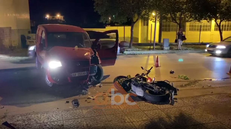 EMRAT/ Aksident në Fier, automjeti merr përpara motorin, plagoset 1 person
