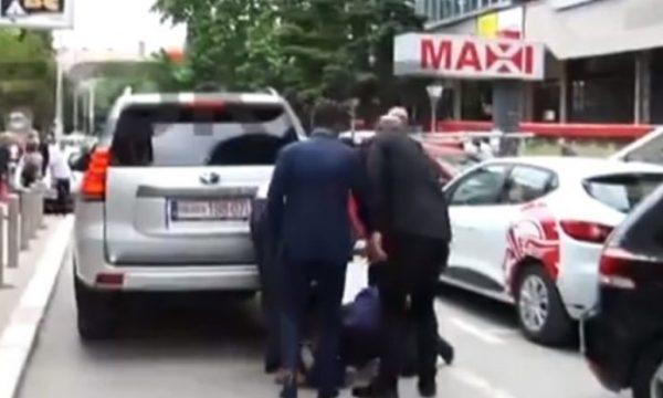 Në mes të sheshit, një qytetar i sulet Albin Kurtit tek këmbët