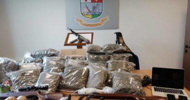 Kapet me arsenal armësh dhe rreth 20 kg drogë në makinë e shtëpi, pranga shqiptarit në Itali
