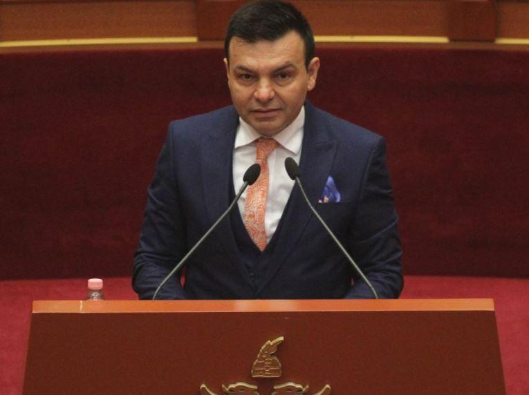 """Deputeti i opozitës """"lë në baltë"""" Murrizin, tërheq firmën nga kërkesa për ndërhyrje në Kushtetutë"""