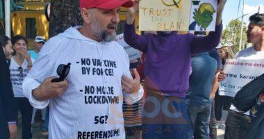 Alfred Cako dhe dhjetra aktivistë marshojnë në Tiranë kundër masave ndaj koronavirusit