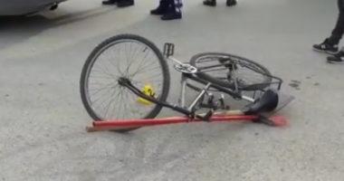 """E FUNDIT/ Makina merr përpara çiklistin te """"Rruga e Elbasanit"""", dërgohet me urgjencë në spital"""