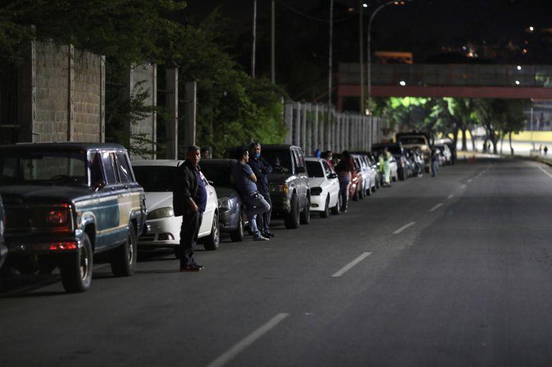 Venezuelë, qytetarët në radhë për karburant