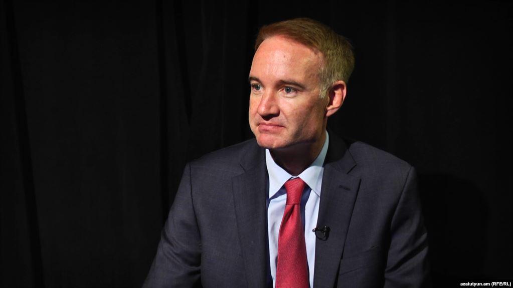 Ish-zyrtar i Pentagonit Carpenter: Pas aktakuzës ndaj Thaçit, dialogu në Uashington duhet anuluar