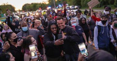 """VIDEO/ """"Këta policë ju duan"""". Sherifi në Michigan """"braktis"""" detyrën dhe marshon bashkë me protestuesit"""