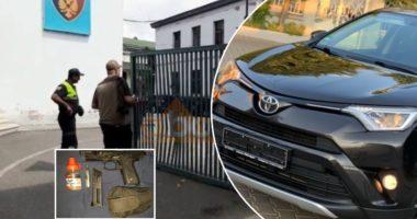 VIDEO/ Me pistoletë lodër, i riu çan me makinë derën e policisë së Elbasanit dhe futet në oborr