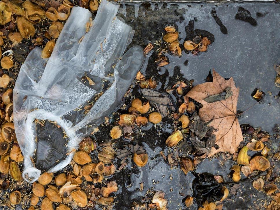 Franca, gati dekretin për trefishimin e gjobave  ndaj  atyre që hedhin në rrugë maskat dhe mbeturinat