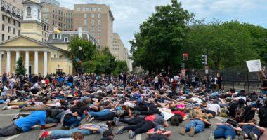 FOTO/ Vrasja e George Floyd, amerikanët shtrihen në tokë