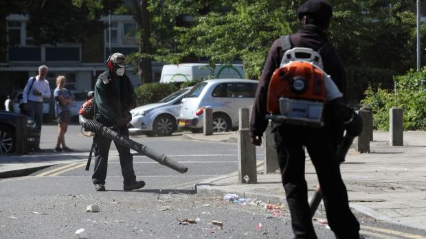 Të rinjtë e dehur rrahin agjentët e policisë gjatë një feste: 22 të plagosur mes forcave të rendit