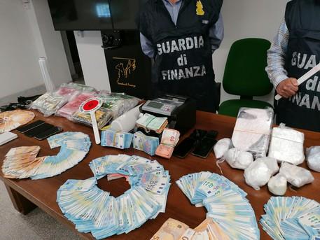 Kapen me mbi 1 mln euro lëndë narkotike dhe shuma të madha parash, arrestohen vëllezërit