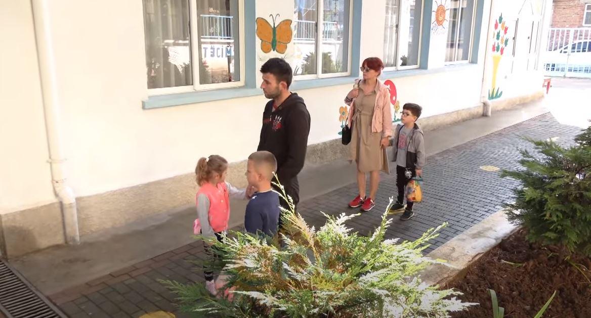 Rihapen kopshtet e çerdhet, fëmijëve u matet temperatura në hyrje dhe shoqërohen nga njëri prind