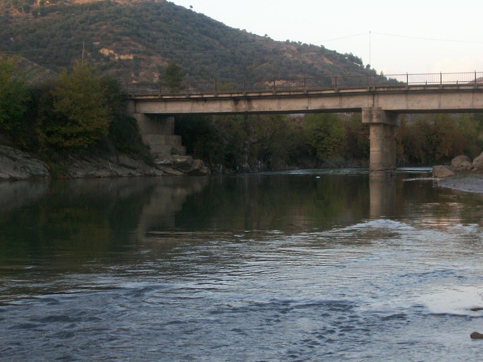 Gjendet i pajetë në breg të lumit Shkumbin një 50-vjeçar