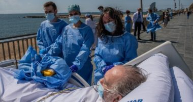 Mjekët në Spanjë nxjerrin pacientët me COVID-19 në plazh