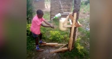 Mbrojtja nga Covid-19, 9-vjeçari shpik makinën prej druri për larjen e duarve