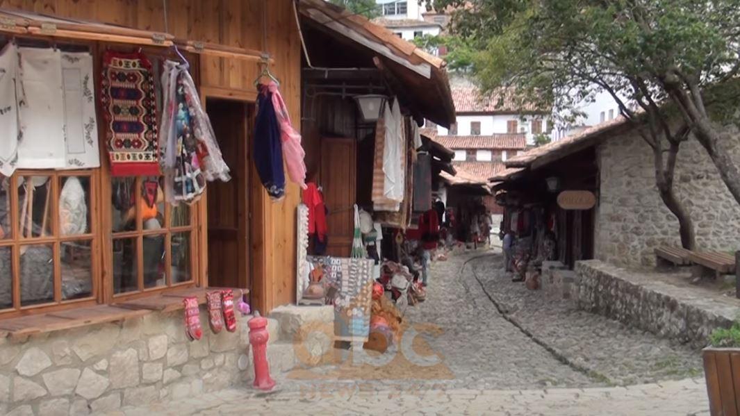 Pazari i Vjetër i Krujës prej muajsh pa asnjë vizitor, tregtarët me sytë nga hapja e kufijve