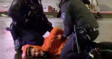 VIDEO/ Përsëritet historia, polici i vë këmbën që qafë protestuesit në SHBA, kolegu ia heq
