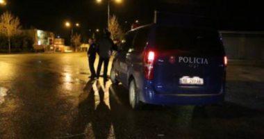Makina po lëvizte në orën 02:00 të mëngjesit, policia e ndalon dhe gjen një thes me drogë