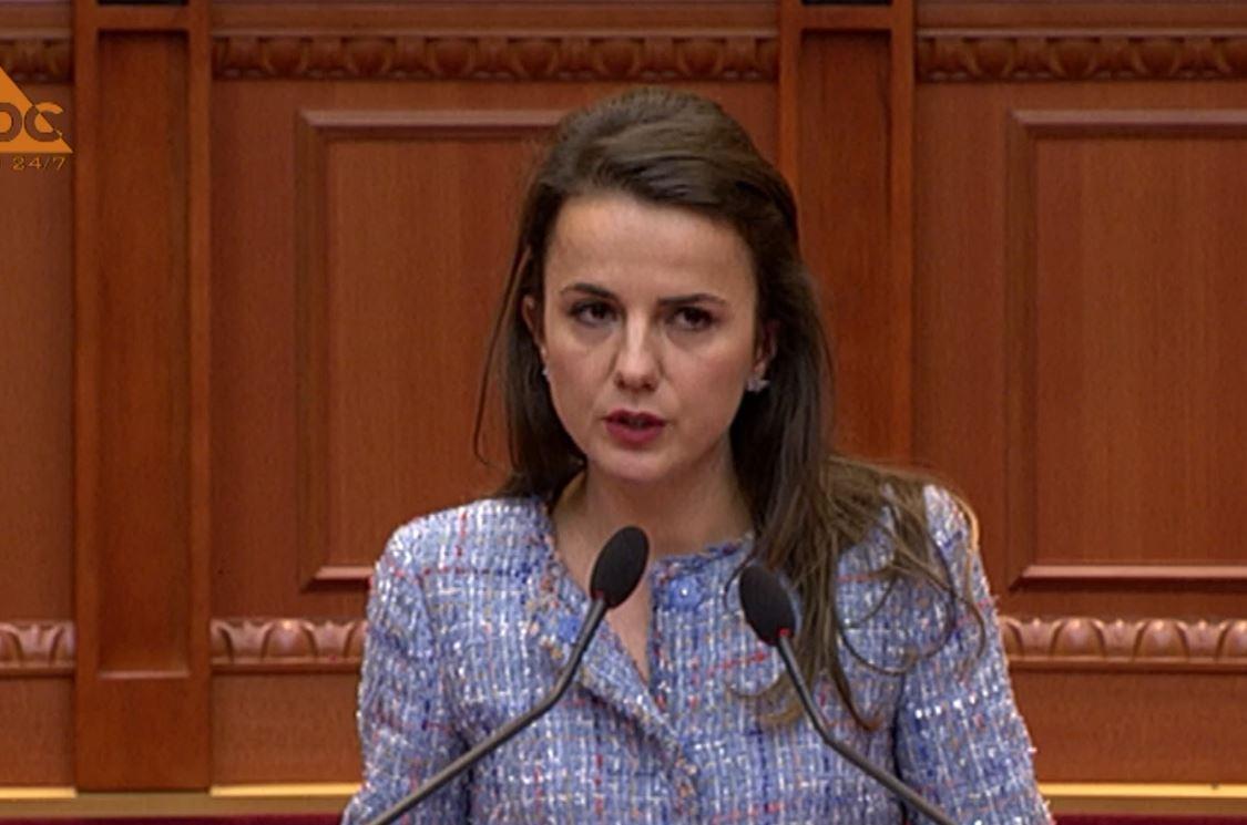 Rudina Hajdari përlotet në Kuvend pas shkarkimit të nënës: Ujqërit e morën përgjigjen