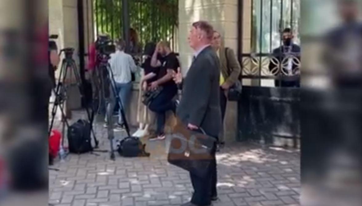 VIDEO/ Selami Jenisheri refuzohet nga mikrofonët e gazetarëve dhe u drejtohet kamerave