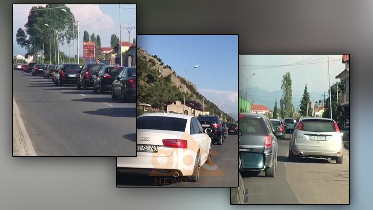 VIDEO/ Fluks pushuesish në bregdet, radhë kilometrike në Shëngjin dhe Vlorë