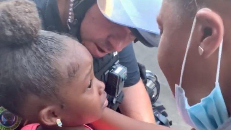 Prekëse, 5-vjeçarja amerikane në protestë i drejtohet policit: Mos do të na qëllosh?