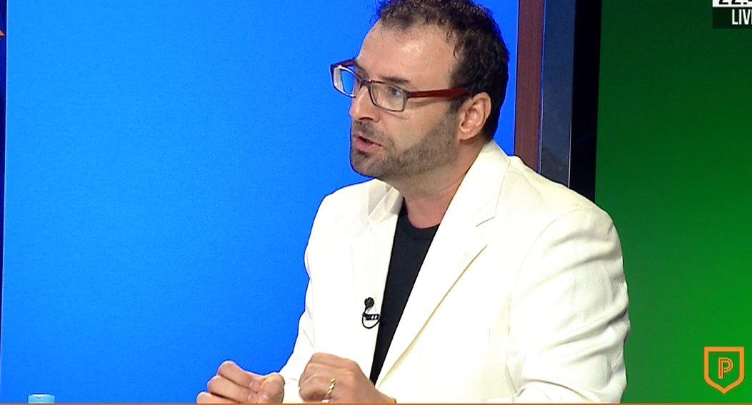 """""""E shëmtuar, sistem që godet sipas qejfit"""", gazetari shigjeton """"VAR""""-in shqiptar"""