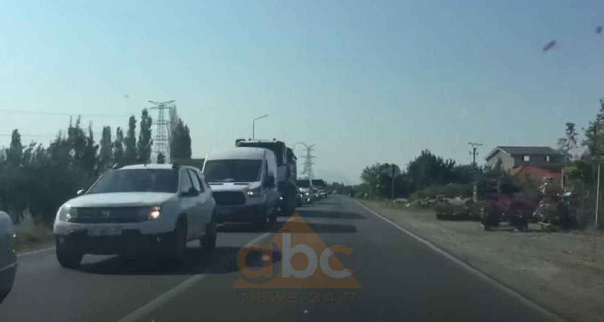 Shqiptarët e Kosovës dynden drejt bregdetit shqiptar, radhë të gjata në Morinë, trafik edhe në Shëngjin