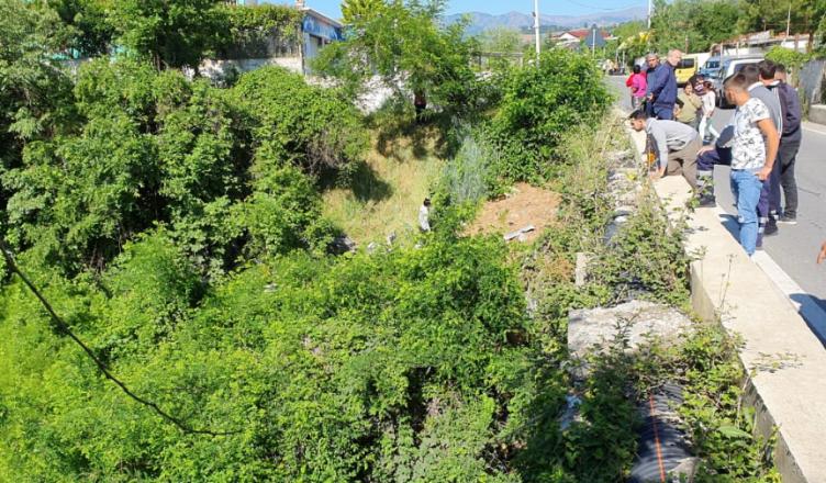 Shkon të hedhë plehrat, 25 vjeçarja rrëzohet nga ura në Mat