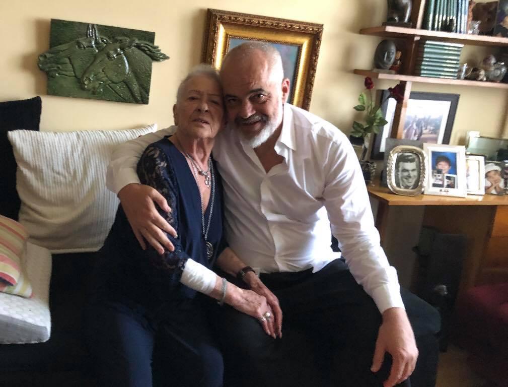 Kryeministri feston sot ditëlindjen e 56-të, viziton Anetën: Me gruan që më dha jetën