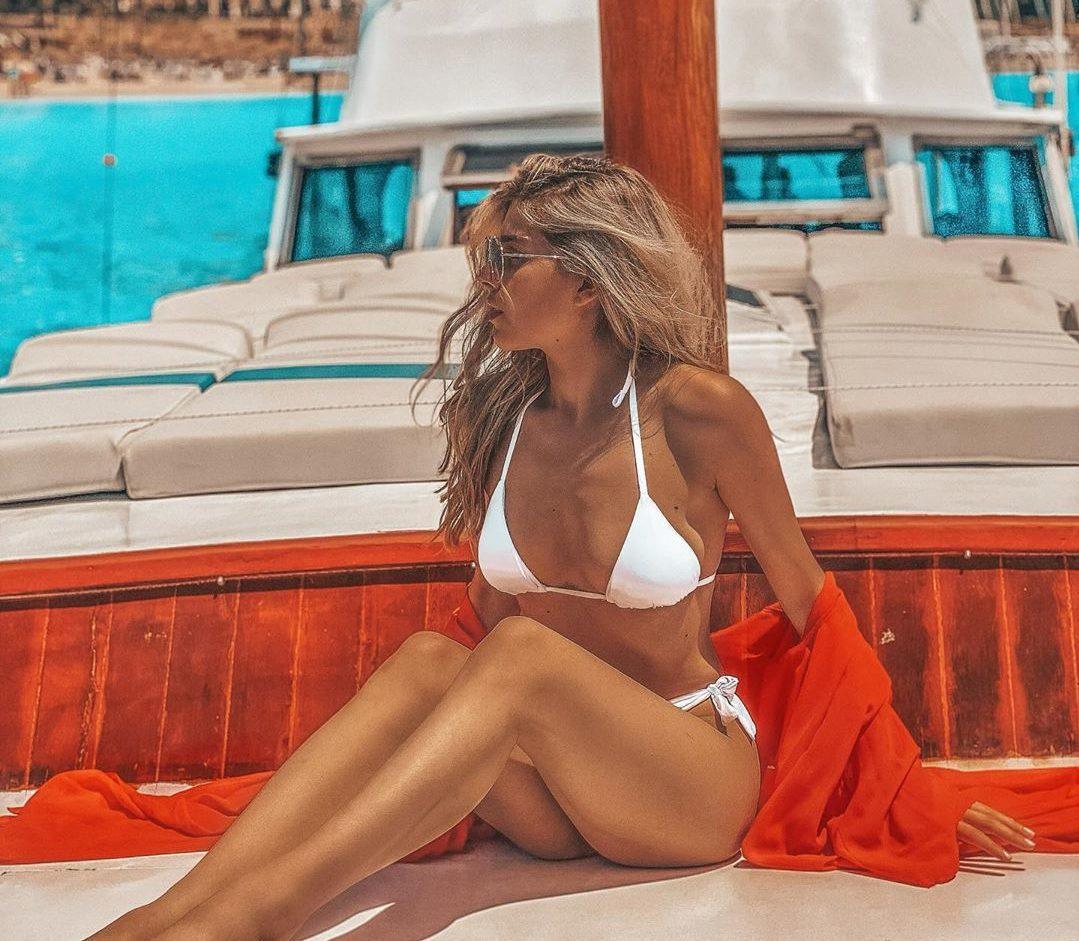 E gjithë vëmendja tek Arilena Ara, mahnit ndjekësit me trupin perfekt (FOTO)