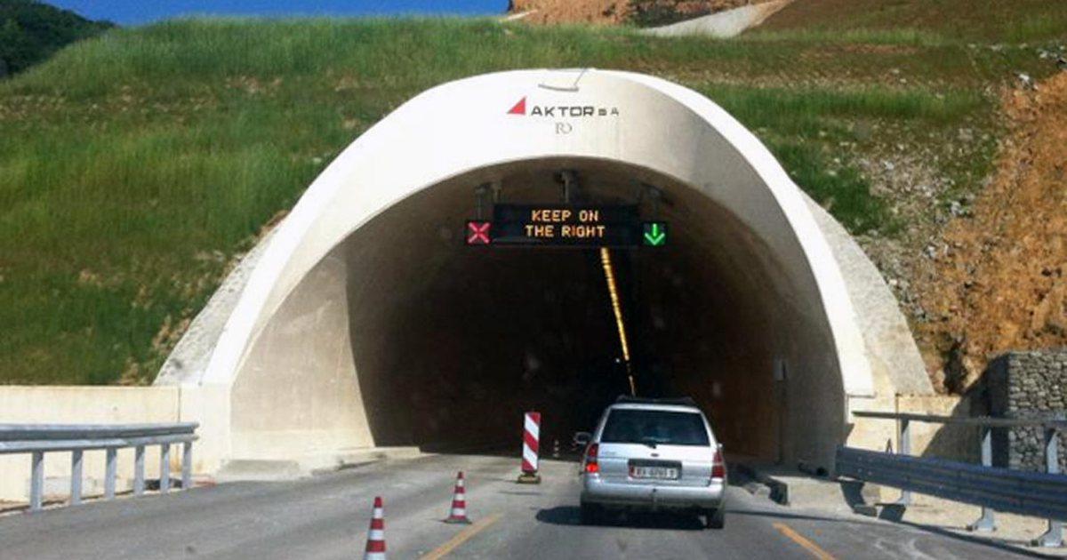 Përfshihet nga flakët automjeti afër tunelit të Elbasanit