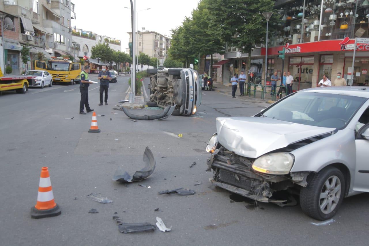 FOTO/Aksident i fortë në Tiranë, përplasen dy makina, njëra përmbyset në rrugë