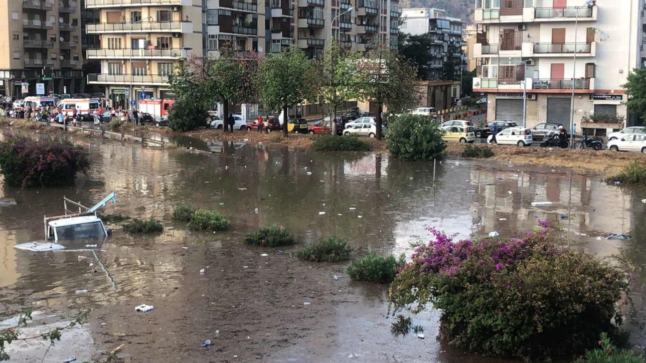 Stuhi e fuqishme në Palermo: Rrugët kthehen në lumenj, raportohen disa të zhdukur