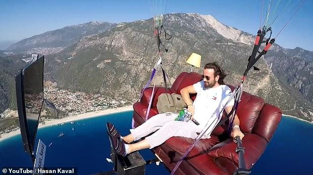 """Ktheu idenë e """"çmendur"""" në realitet, parashutisti fluturon i ulur në divan duke parë TV"""
