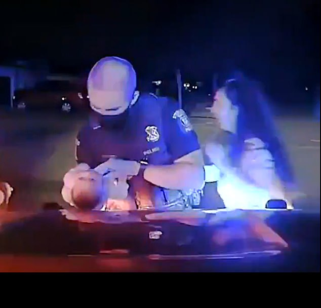 Pamje prekëse, momenti kur një polic amerikan shpëton foshnjën tre javëshe