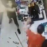 VIDEO/ Hajduti futet të vjedhë një dyqan, shitësi ia thyen gjashtë shishe birre në kokë