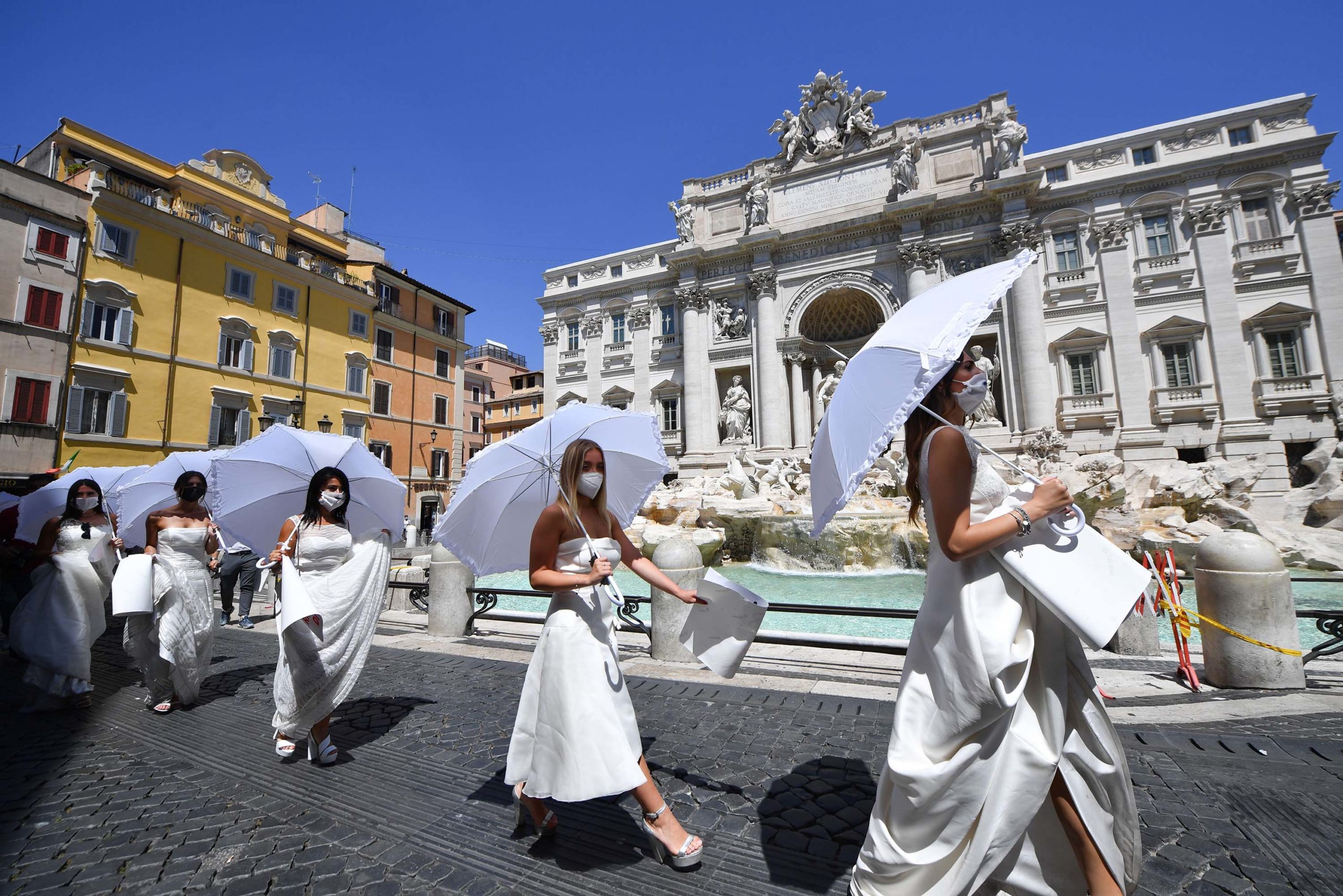 """""""Na shkatërruat martesën"""", nuset në Romë protestojnë kundër masave anti-Covid"""