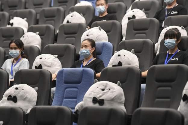 Normaliteti i ri: Kina hap kinematë, shikuesit nuk mund të ulen më pranë miqve