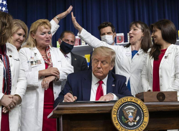 Trump nënshkruan urdhërin ekzekutiv për uljen e çmimit të ilaçeve