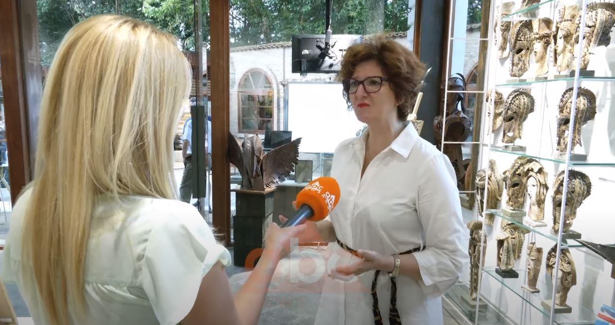 Adriana Puleshi çel një ekspozitë, bashkëbisedim me veten e të tjerët në Kalanë e Tiranës