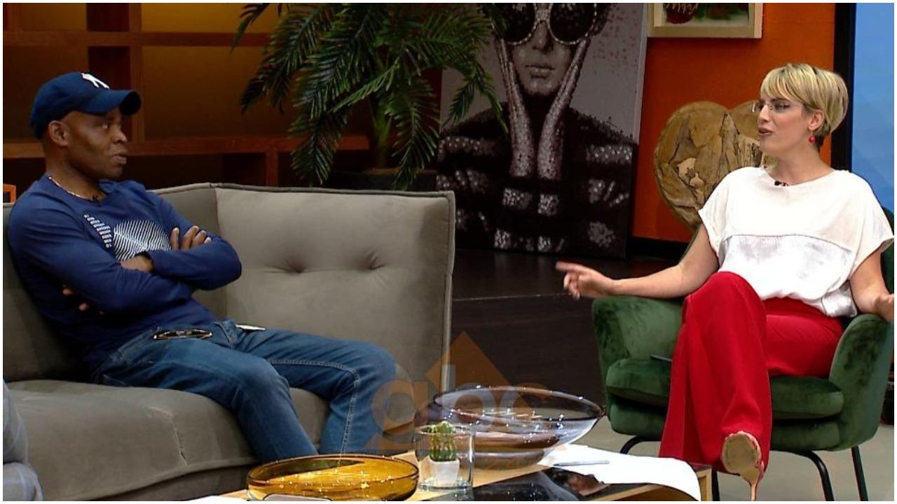 VIDEO/ Himni shqiptar, Egbo e këndon bashkë me gazetaren e ABC News