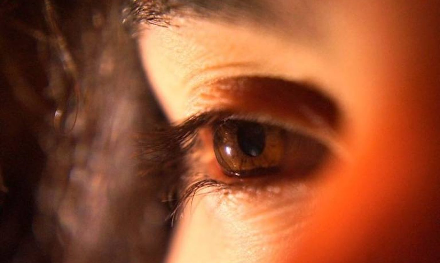 """Studimi:""""Bombardimi"""" për tre minuta në ditë i syrit me dritë të kuqe, përmirëson shikimin"""