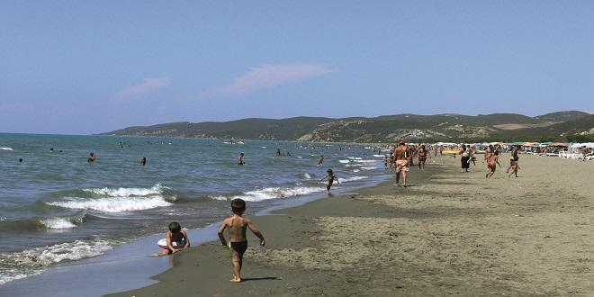 Rrezikuan mbytjen, shpëtohen tre të miturit në plazhin e Divjakës! Policia apel pushuesve