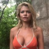 VIDEO/ Habit ish zëvendësministrja, prezanton partinë me bikini