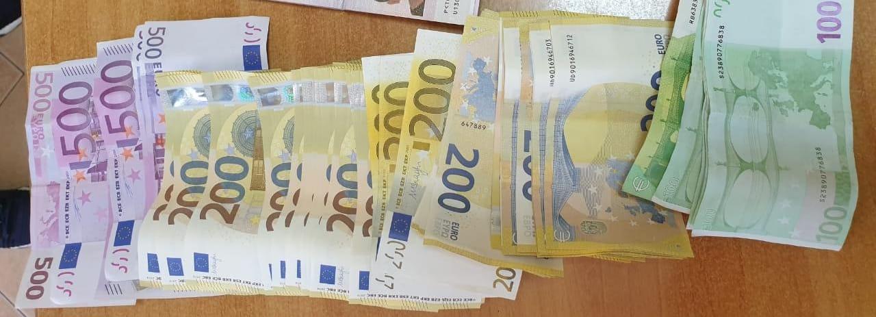 Sekuestrohen mbi 31 mijë euro në Rinas, procedohen 2 persona