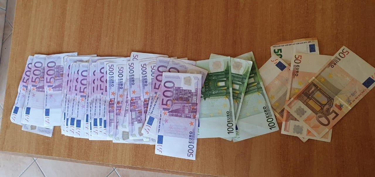 Policia i sekuestron 46-vjeçares mbi 18 mijë euro në Rinas